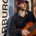 aktivitaeten-gitarre-spielen-musizieren-harburg-huus-drk
